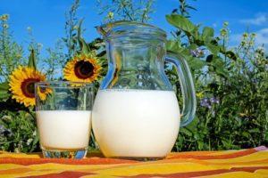 un verre de lait sur une table