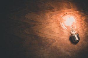 une ampoule allumée pour représenter une idée