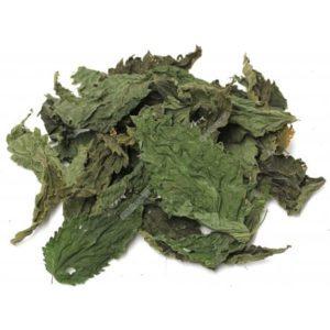 engrais naturel avec des feuilles d'orties séchées